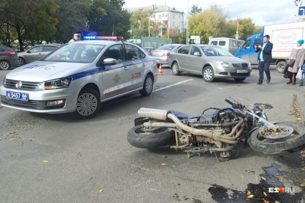 Мотоциклиста после столкновения увезли в больницу