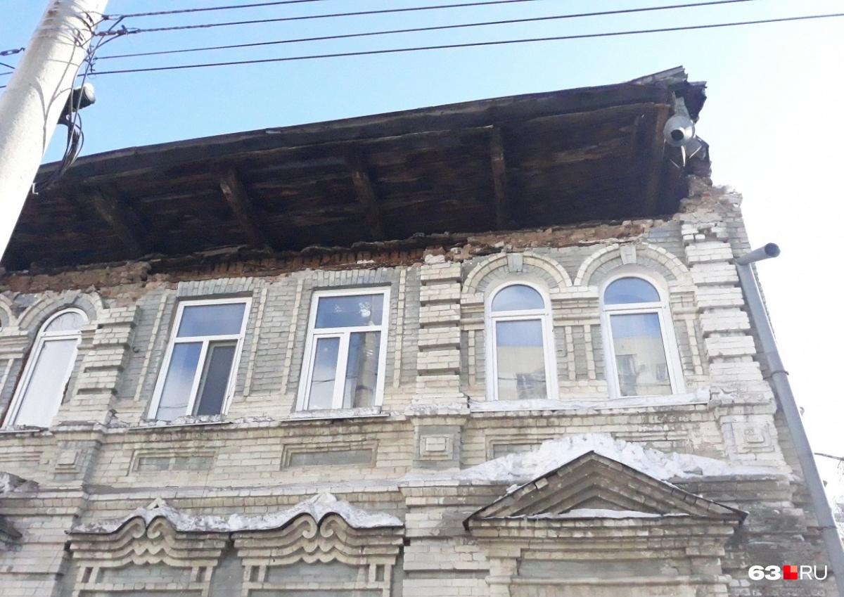 Обрушение кровли дома на улице Водников, 31 стало резонансным происшествием с эвакуацией жильцов