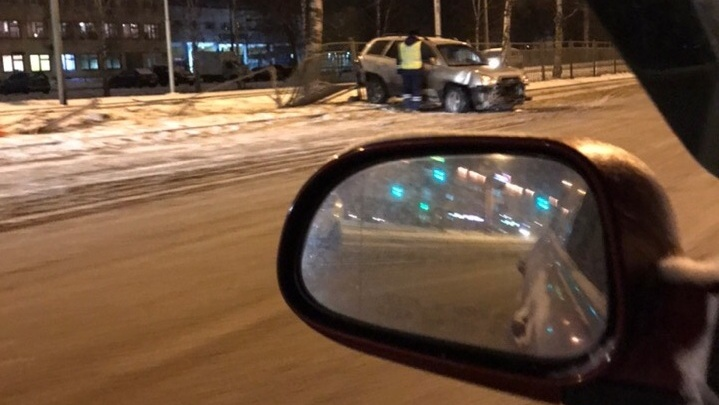 Закрутился и проломил забор: на проспекте Авиаторов занесло иномарку. Фото с места ДТП