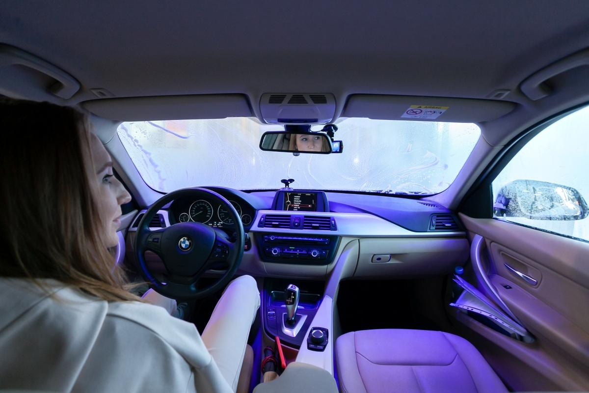 Во время движения по конвейеру водителю рекомендуется не трогать ни руль, ни педали