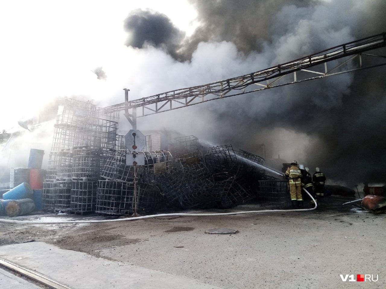 Пожарные продолжают проливать склад