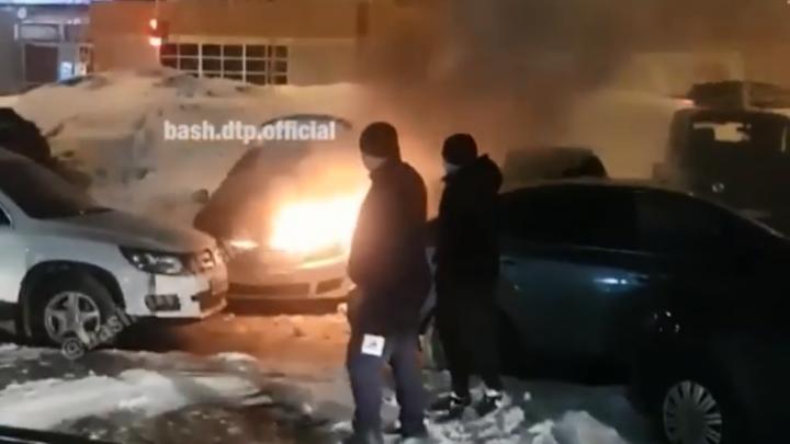 «Пинайте по машинам, джипами оттаскивайте»: в Уфе водители тушили загоревшуюся иномарку снегом