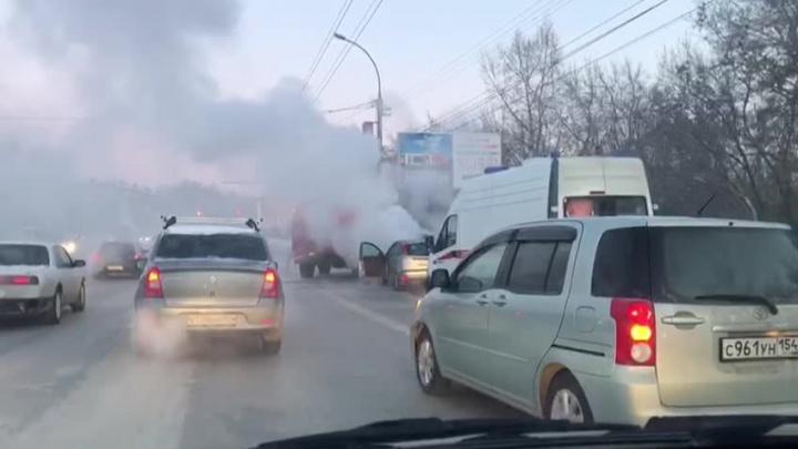 Машину окутало белым паром рядом с «Советской Сибирью» — на место вызвали пожарных