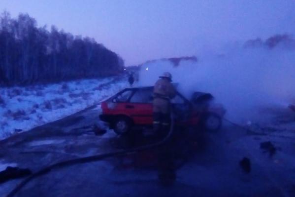 В результате смертельной аварии загорелся отечественный автомобиль