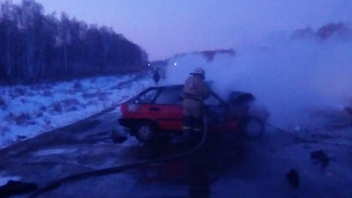 Омские пожарные вчетвером тушили загоревшуюся машину после смертельного ДТП на трассе