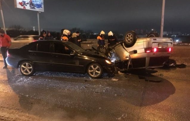 Появилось видео аварии с перевернувшимся ВАЗом на Октябрьском мосту