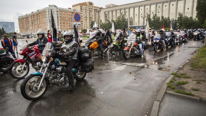 Колонна из 200 байкеров проехала через Новосибирск по пути на фестиваль со стриптизом