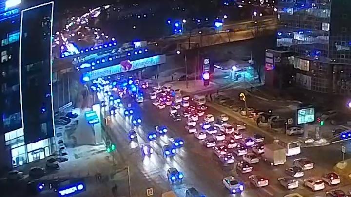Пострадали семь человек: в центре Челябинска маршрутка врезалась в столб