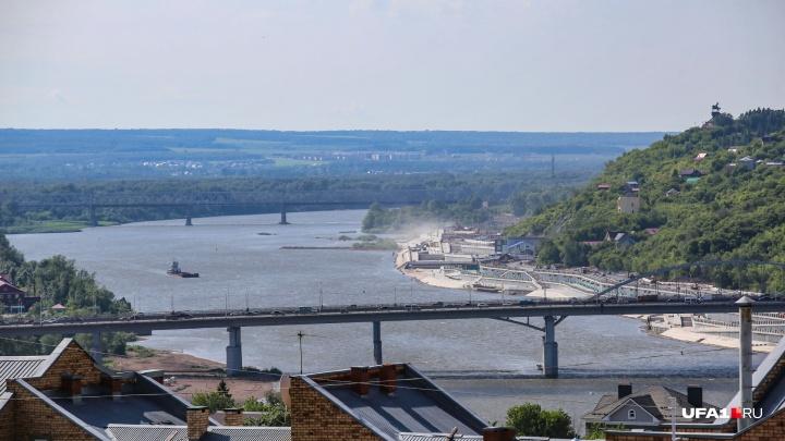 Очевидец сообщил о масляном пятне на реке Белой в Уфе, на месте работают специалисты