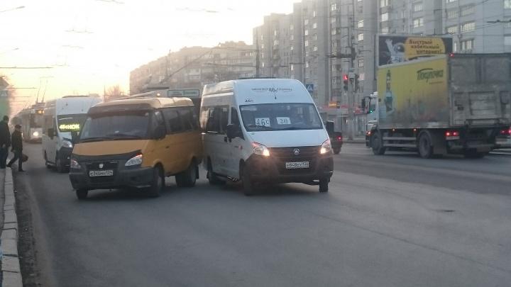 «Срочно перебрасывали провода»: столкнувшиеся на севере Волгограда маршрутки остановили троллейбусы