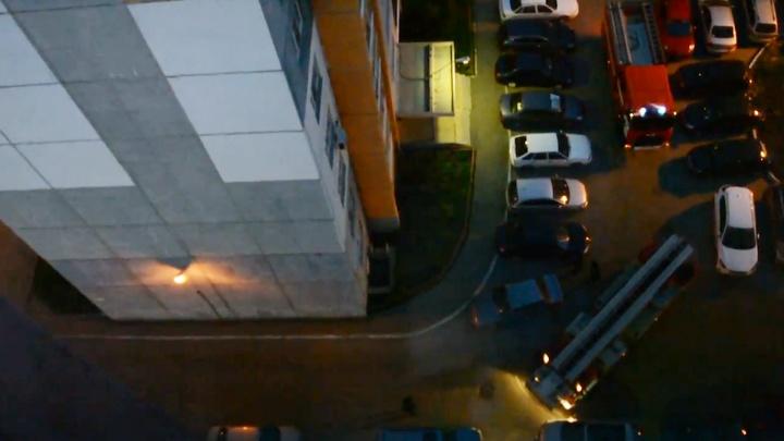 В челябинском дворе для проезда пожарных пришлось сдвинуть припаркованную машину