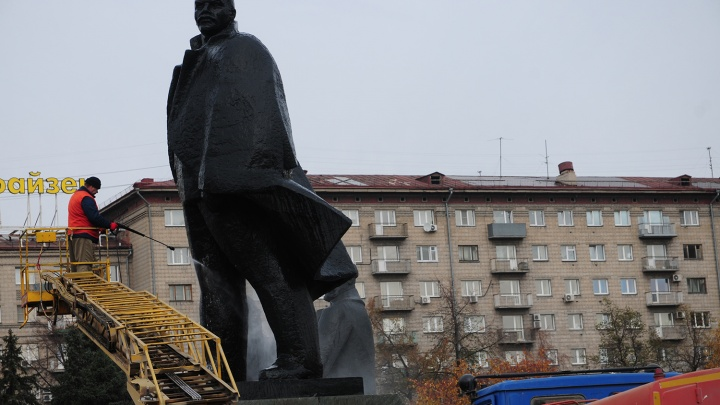 На площади Ленина помыли памятник вождю