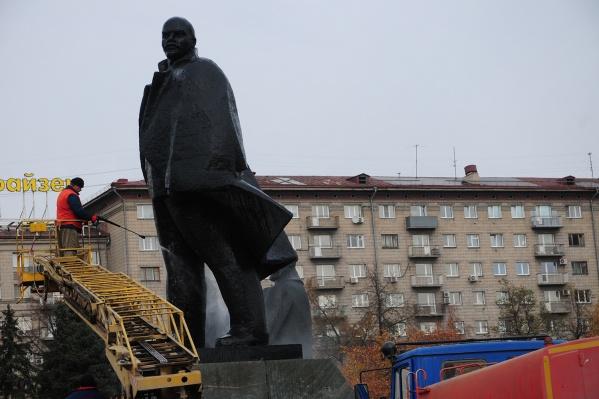 Мойка памятника Ленину в центре города