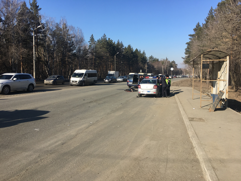 Они опрашивают очевидцев и сбившего пешехода автомобилиста