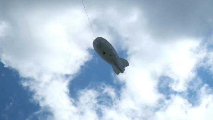 Гаишники подняли над трассой дирижабль, который снимает водителей на встречной полосе