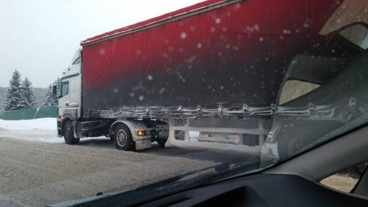 Фура встала поперёк Бердского шоссе: пробка растянулась почти на 8 километров