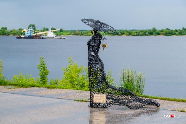 «Музыка Камы» — скульптура из проволоки, ее автор — Ксения Саликова, а помогли сделать ребята из кузницы «Огонь-ковка»