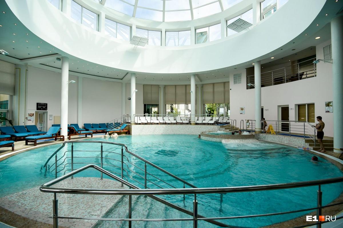 В «Рамаде» есть закрытый бассейн