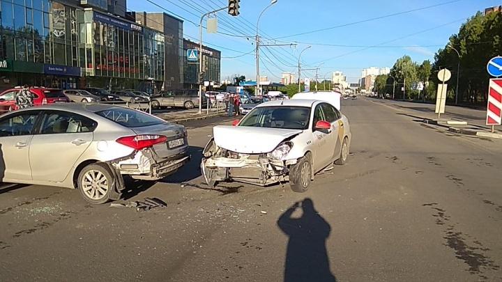 Фото: таксист и водитель иномарки не поделили дорогу на улице Фрунзе