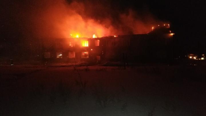 При пожаре в деревянной двухэтажке в Лесосибирске погибли двое жильцов