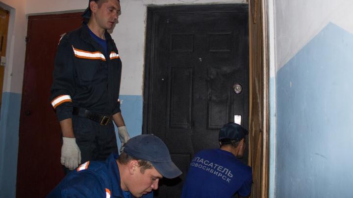 Спасатели помогли новосибирцу попасть в квартиру c крепко спящим ребёнком