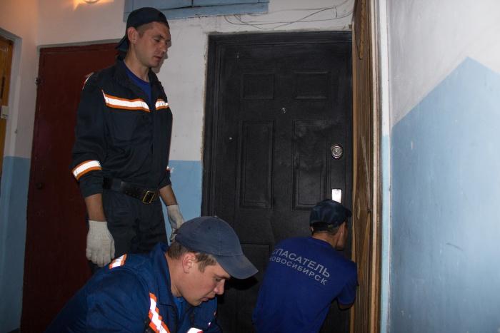 Спасатели помогли открыть дверь в квартиру, где ребёнок ждал родителей