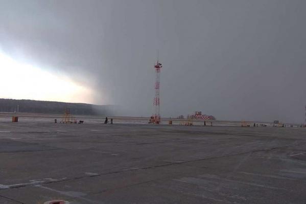 Снежная туча накрыла аэропорт сегодня утром