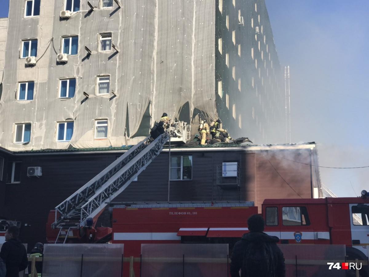 На месте происшествия пожарные столкнулись с массой проблем, начиная с проезда, но оперативно и грамотно справились с огнём
