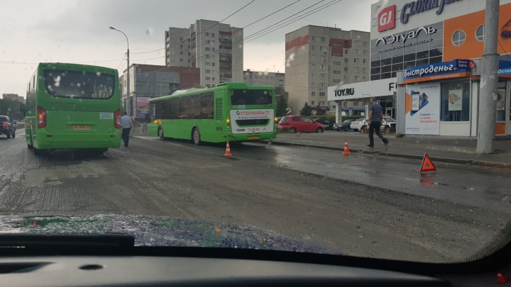 На улице Пермякова в автобусе пострадали две пассажирки