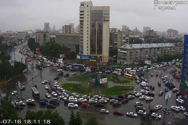 Весь центр Новосибирска встал в гигантскую пробку