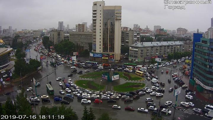 Центр Новосибирска встал в гигантскую пробку из-за дождя