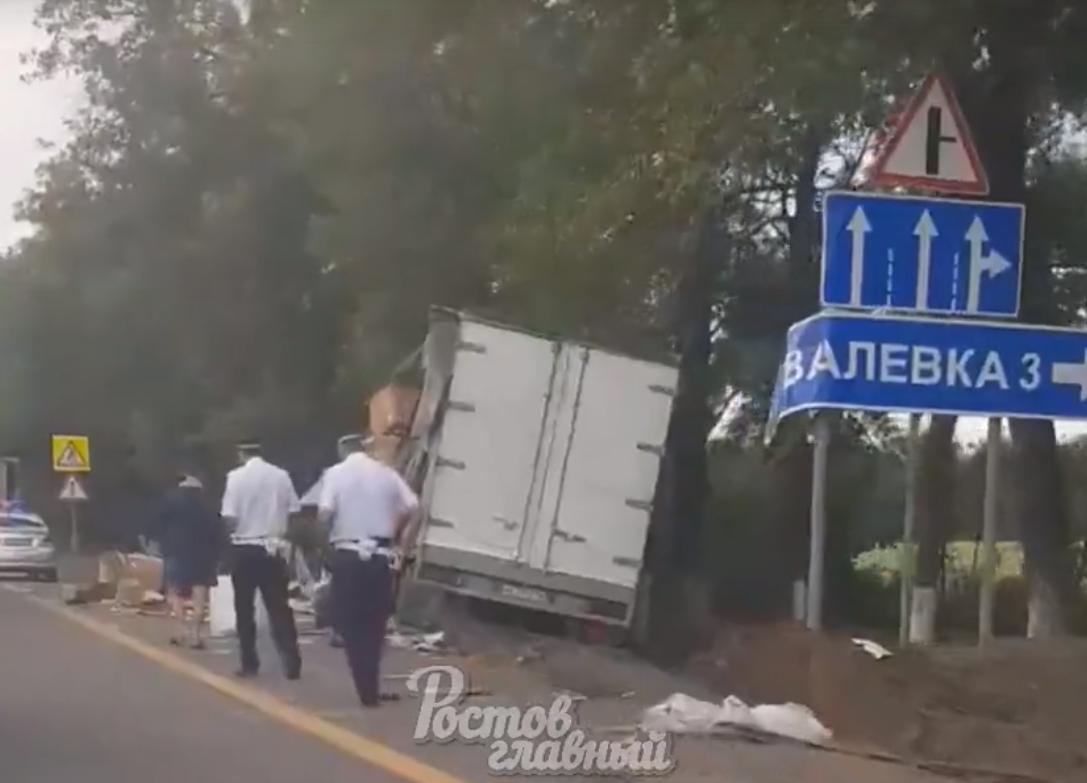 Коробки из прицепа оказались на дороге
