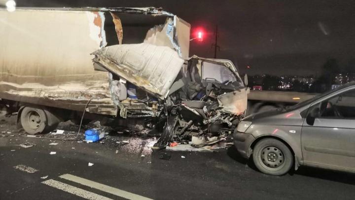 Раскурочена кабина: в Ярославле на Костромском шоссе столкнулись машины