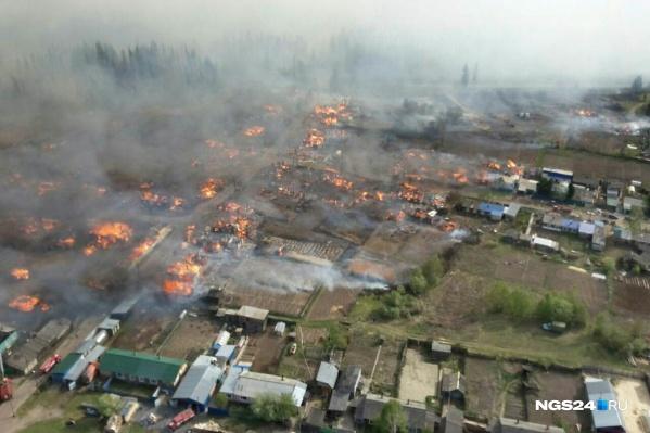 В МЧС ранее объясняли, что причиной мог стать пал травы — из-за ветра огонь быстро распространялся, а деревянные дома загорались как спички