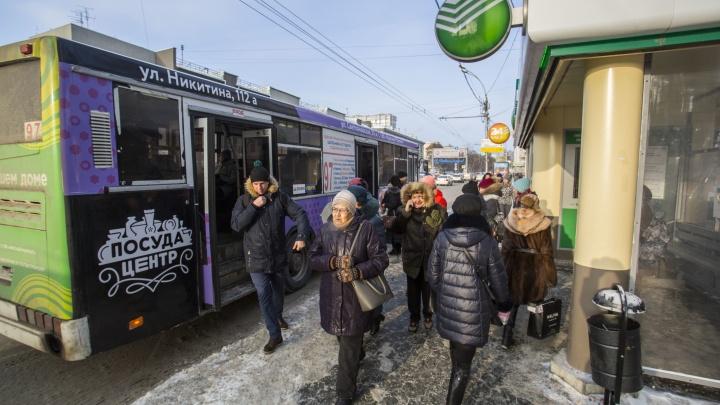 «Встал на средней полосе»: водитель автобуса заблокировал в салоне пассажиров из-за безбилетника