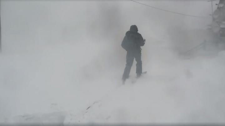 «Машину задуло снегом»: красноярцы застряли в Хакасии из-за продолжающейся пурги