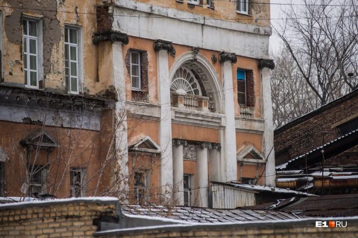 Одно из самых главных зданий — Управление Верх-Исетским заводом