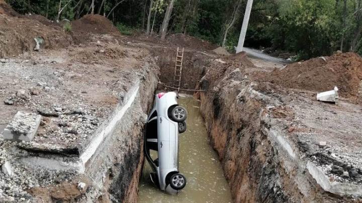 В Самаре «Лада-Гранта» упала в строительный котлован