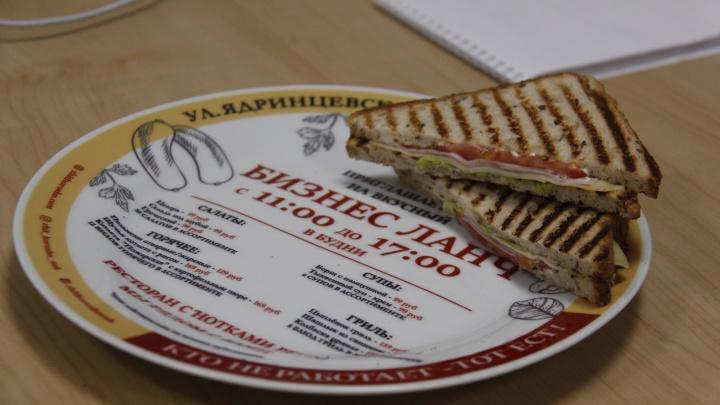 В новосибирском ресторане появились тарелки с рекламой