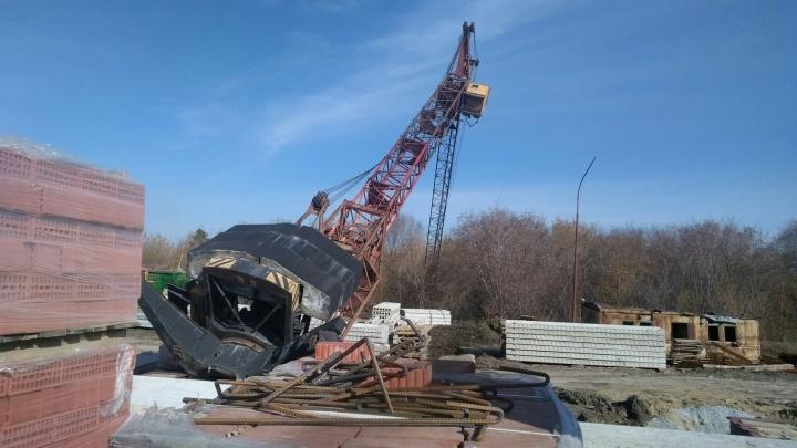 В Омске вновь упал башенный кран —пострадал крановщик