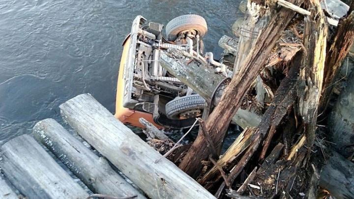 На Урале гружённый щебнем КамАЗ проломил мост и рухнул в реку