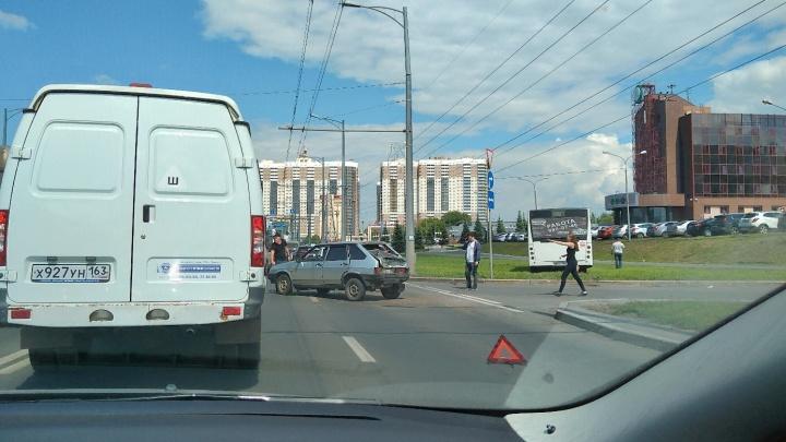 На Московском шоссе пассажирский автобус вылетел на газон после ДТП с «девяткой»