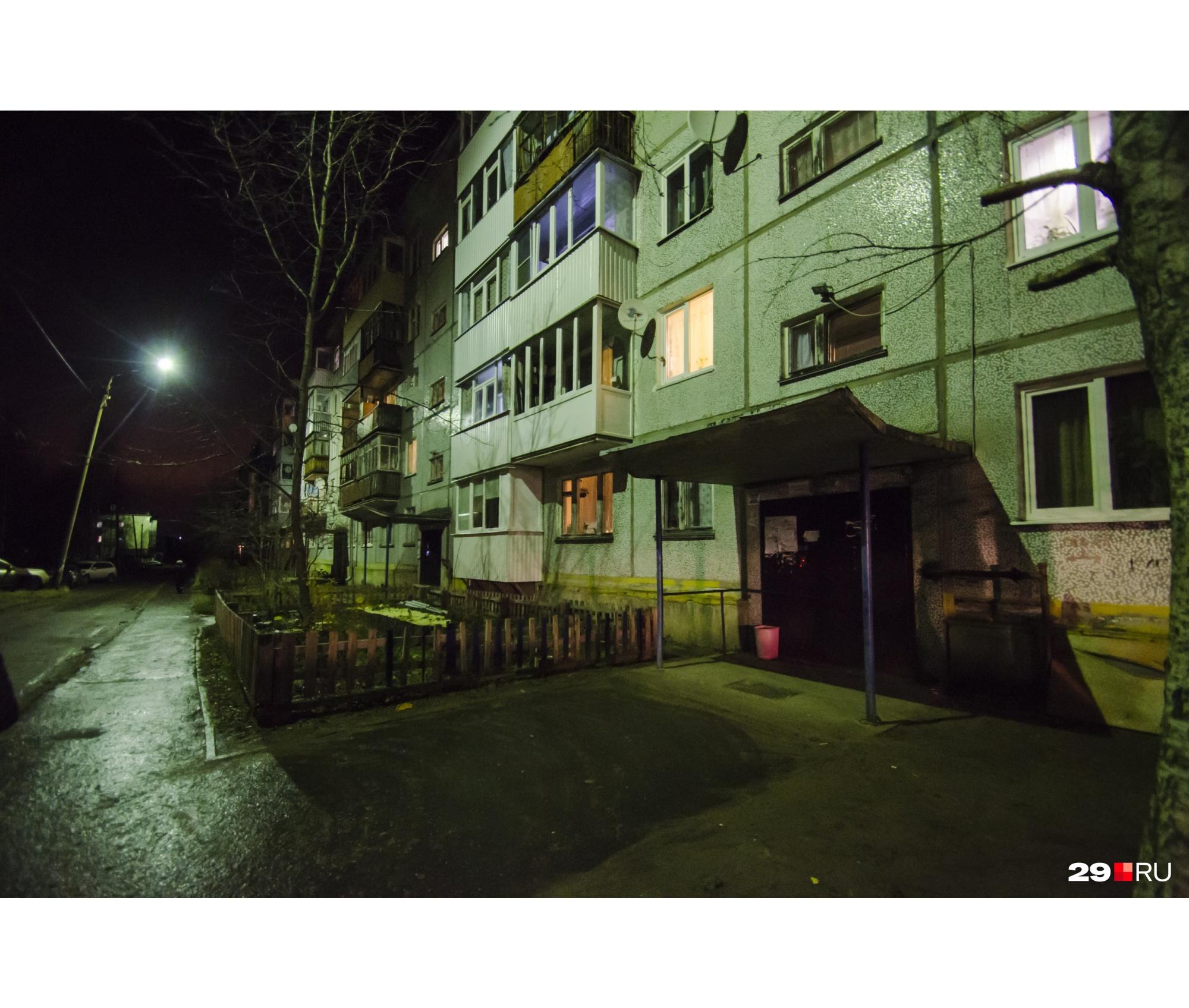 Неподалеку в похожей пятиэтажке живёт бабушка погибшего
