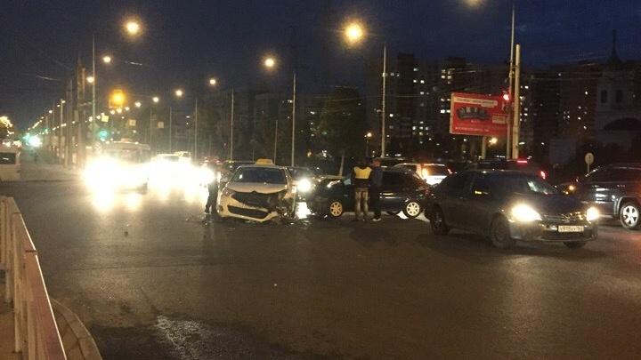 Не пропустил встречку: на Ново-Садовой столкнулись автомобиль такси и «Приора»