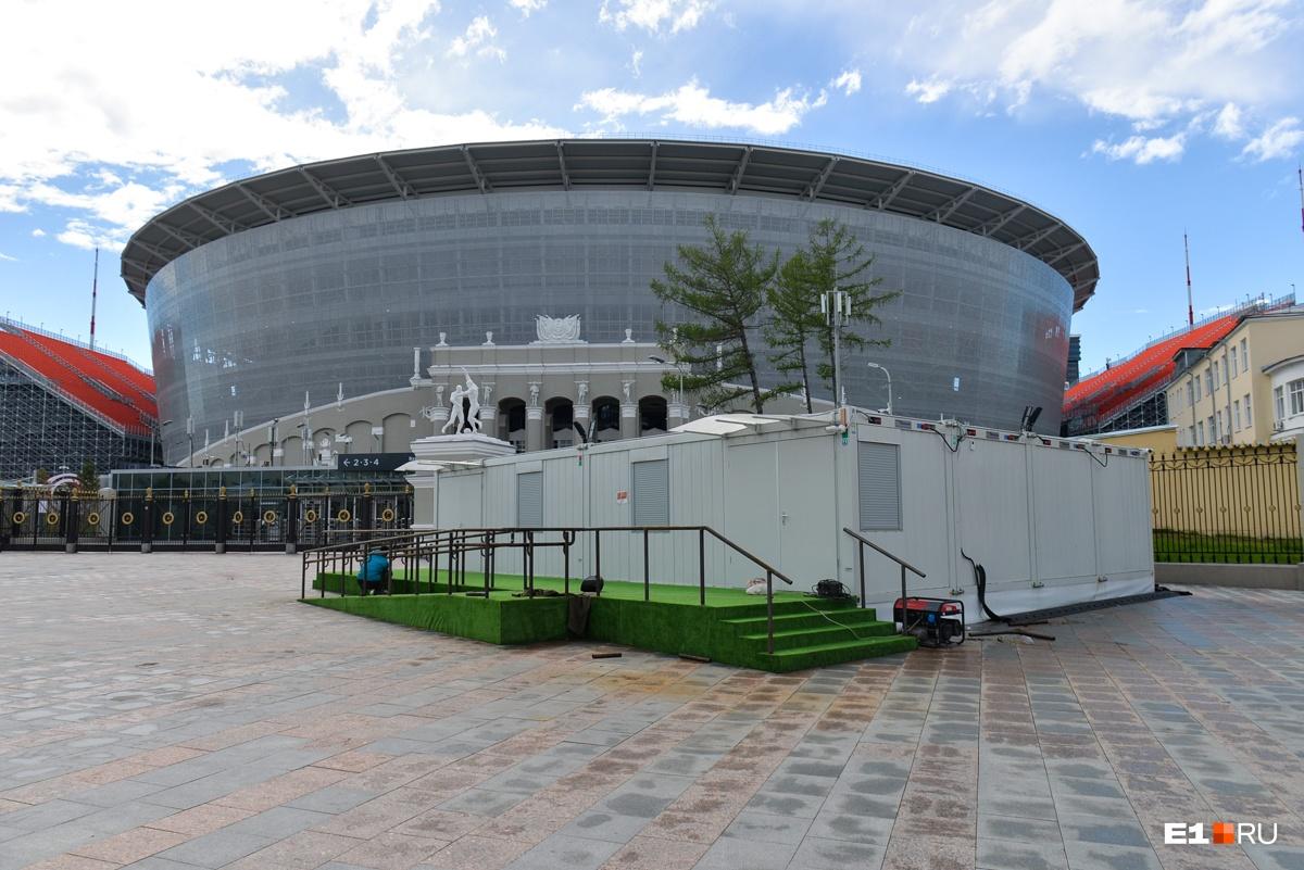 Фоторепортаж E1.RU: как Екатеринбург готовится к наплыву болельщиков за неделю до ЧМ