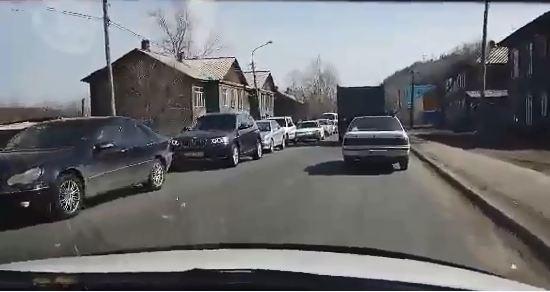 Красноярцы решили уехать из города и устроили пробку на Свердловской