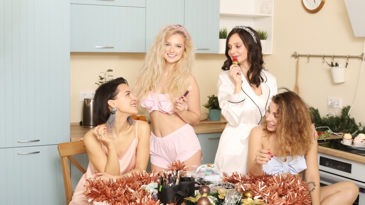 Пирожные с кремом и пижамы в нежных тонах: Соня Гудим устроила новогодний девичник для подруг