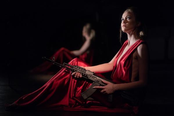 Фотосессия с моделью в красном платье и с оружием прошла в новосибирском театре «Понедельник выходной»