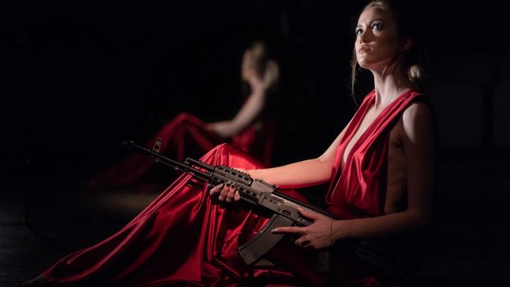 Фотограф из Новосибирска устроил сессию с полуобнажёнными и вооружёнными моделями