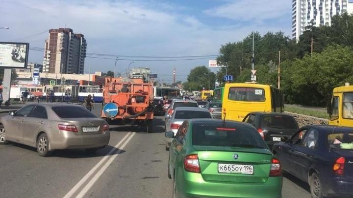 Вице-мэр Екатеринбурга рассказал, когда закончат ремонт моста, из-за которого ЖБИ стоит в пробках